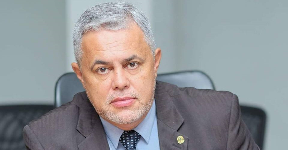 Líder do governo na Câmara, vereador Zeca, manda o prefeito de Valparaíso escolher entre ele ou o secretário de saúde
