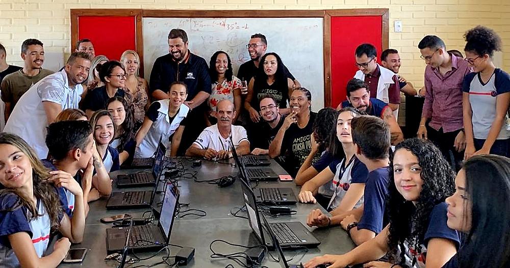 ONG Programando o Futuro equipa mais um laboratório de informática em escola pública de Valparaíso