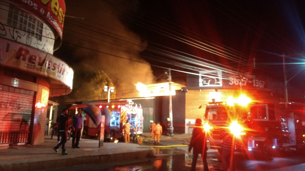 Incêndio destrói madeireira as margens da BR 040 em Valparaíso de Goiás