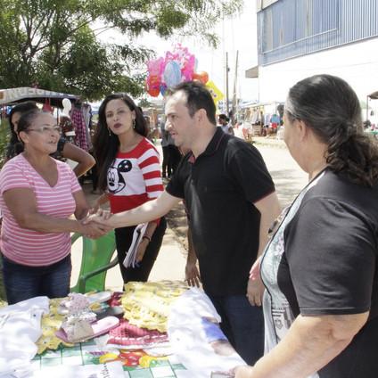 FEIRA DA ECONOMIA SOLIDÁRIA MOVIMENTA OS BAIRROS MARAJÓ E SANTA RITA  Prefeito Pábio Mossoró conversa com os feirantes ao lado da vereadora Maria Neide