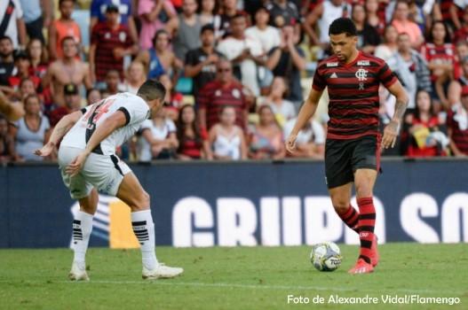 Flamengo empata nos acréscimos e vence o Vasco nos pênaltis