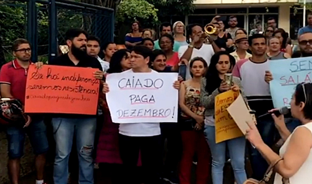Professores da rede pública de Goiás relatam situações extremas e acusam o governador Caiado de atrasar os salários propositalmente