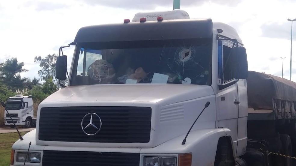 Caminhoneiro é morto com pedrada na cabeça ao passar por um ponto de manifestação