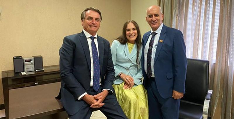 Regina Duarte vai ter que decidir entre Globo ou o cargo de secretaria de cultura do governo Bolsonaro ganhando muito menos