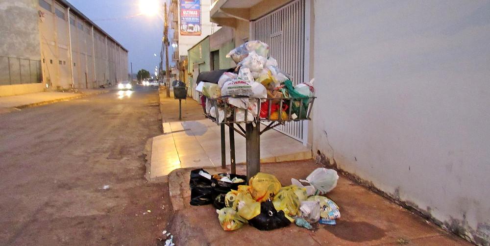 Moradores do Esplanada I reclamam da falta de coleta de lixo e secretário municipal informa que já notificou empresa responsável