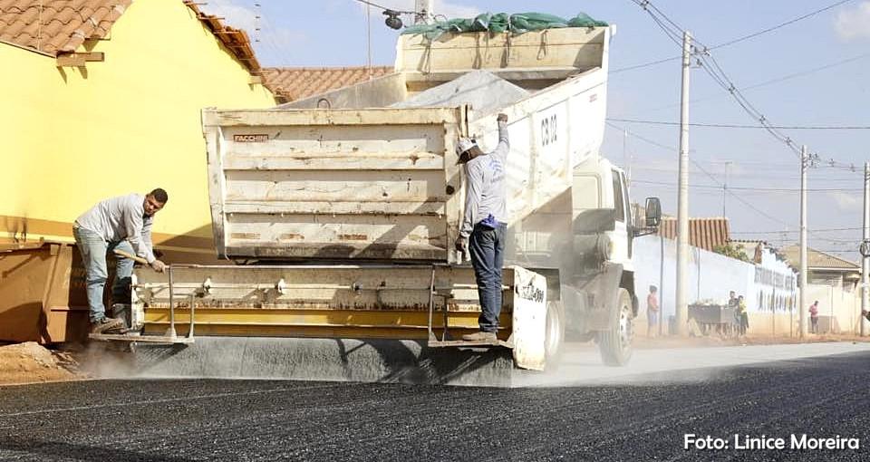 Prefeitura realiza obras de pavimentação asfáltica em vários bairros de Valparaíso