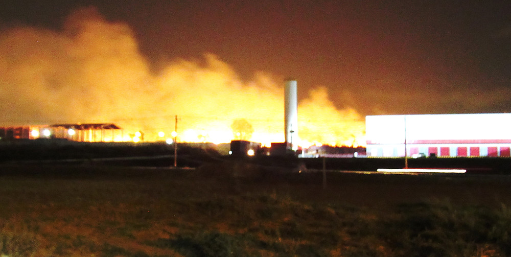 Incêndio atinge depósitos no Polo JK