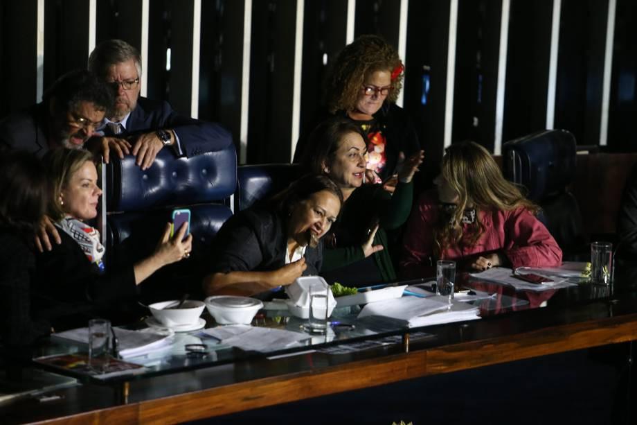 Em um ato inédito, senadoras de oposição tomam da mesa diretora do senado e impedem sessão