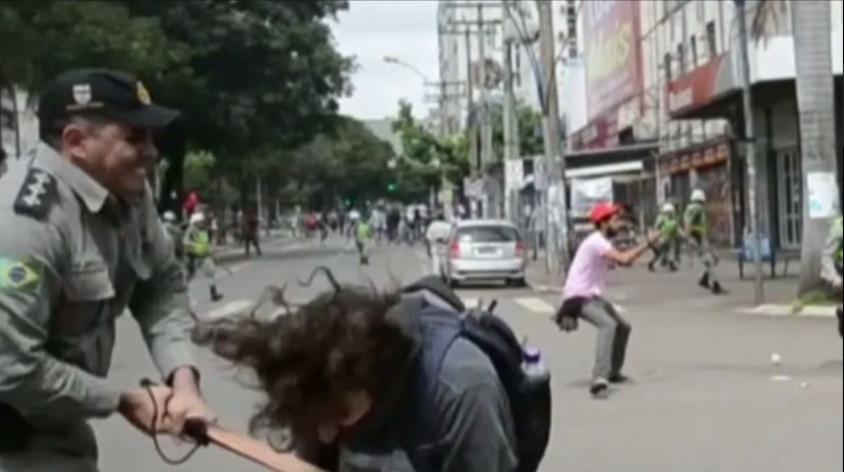 PM goiano, acusado de agredir manifestante encapuzado é afastado. Certo ou errado?