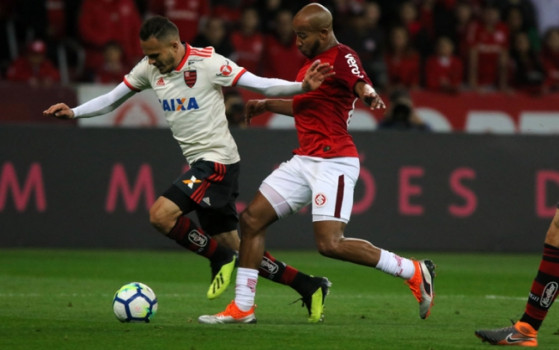 Internacional vence o Flamengo e assume a liderança do Brasileirão