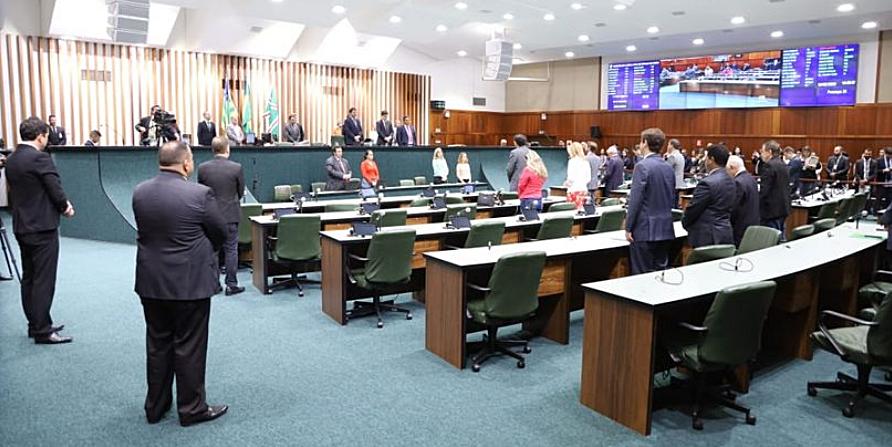 Deputado estadual apresenta projeto para reduzir importo sobre combustíveis e coloca Caiado na berlinda