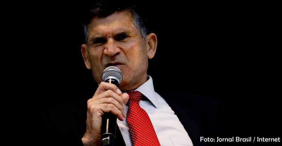 Ex-ministro Santos Cruz diz nunca ter visto tanto desperdício de dinheiro como no Governo Federal