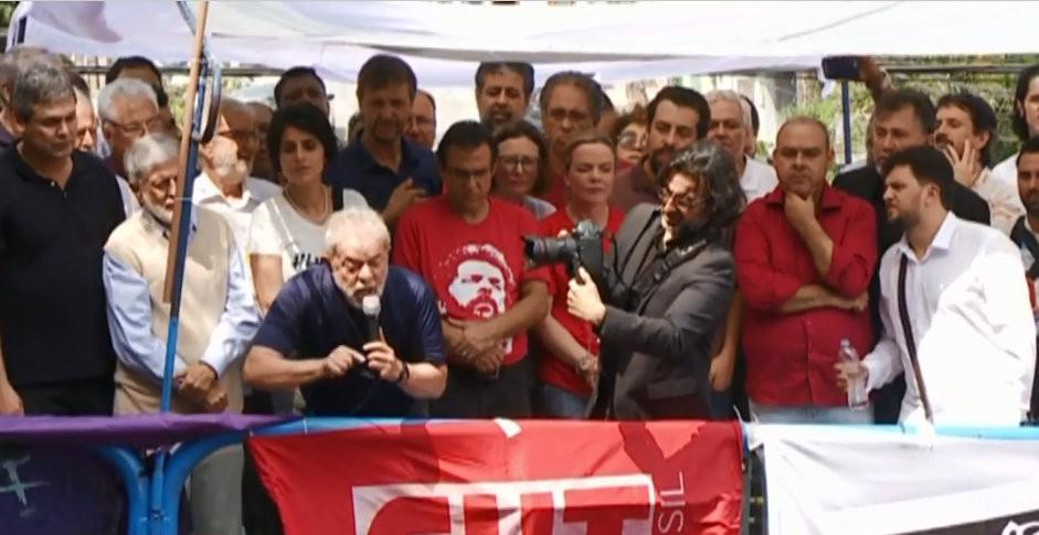 Antes de se entregar Lula discursa para militantes, ataca o judiciário, ínsita manifestações e invasões e se auto intitula um sonho