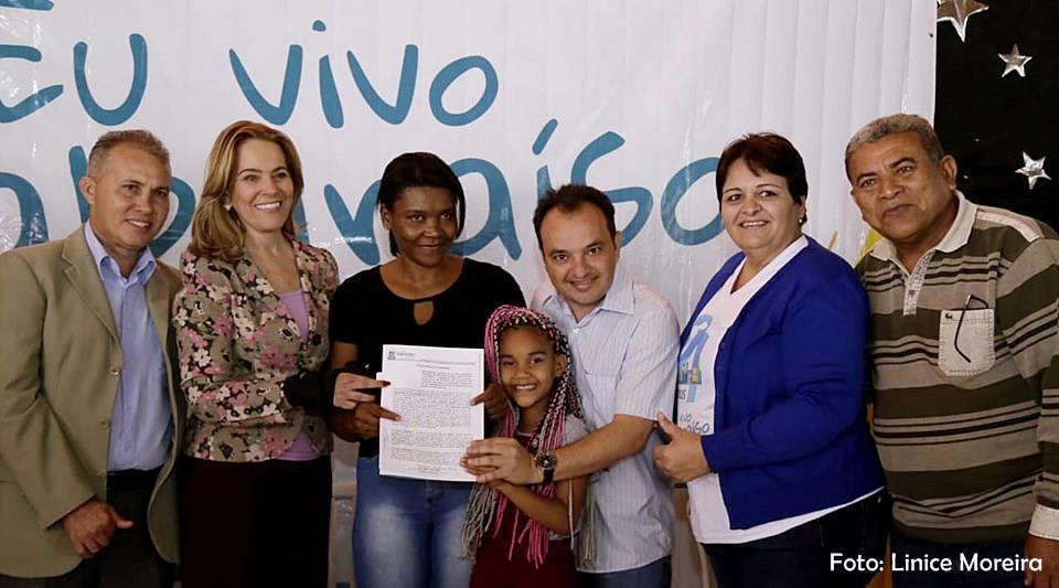 Programa de Regularização Fundiária da prefeitura de Valparaíso entrega escrituras a moradores da Vila Guaíra