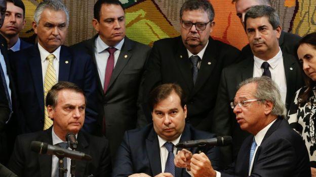Bolsonaro entrega no Congresso a proposta de reforma da previdência dos militares abrandada com um aumento nas remunerações