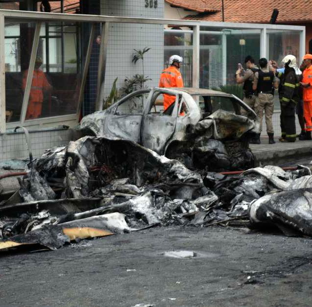 Avião cai em área urbana de BH