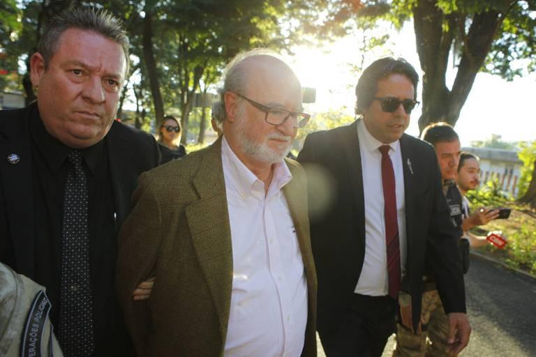 Ex-governador de Minas Gerais se entrega à Polícia