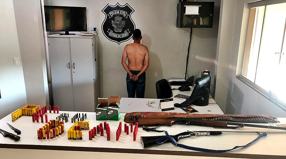 Mulher denuncia ex-companheiro que a agredia e mantinha em cárcere privado e homem é preso com arma e muita munição