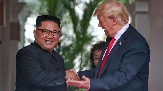 Donald Trump e Kim Jong-um se encontram e firmam um acordo inimaginável até bem pouco tempo