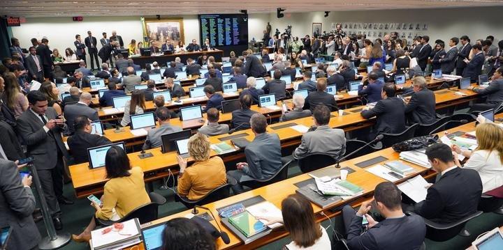 Reforma da Previdência é aprovada na CCJ após 9 horas de sessão