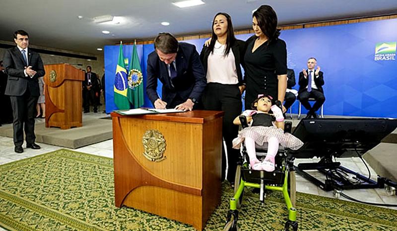 Bolsonaro assina MP que concede pensão vitalícia à crianças com microcefalia provocada pelo Zika Vírus