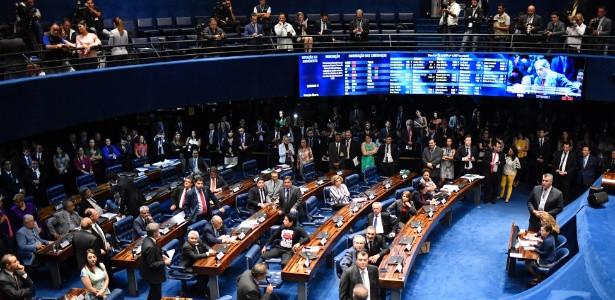 Senadores derrubam decisão do STF e devolvem mandato ao colega Aécio Neves