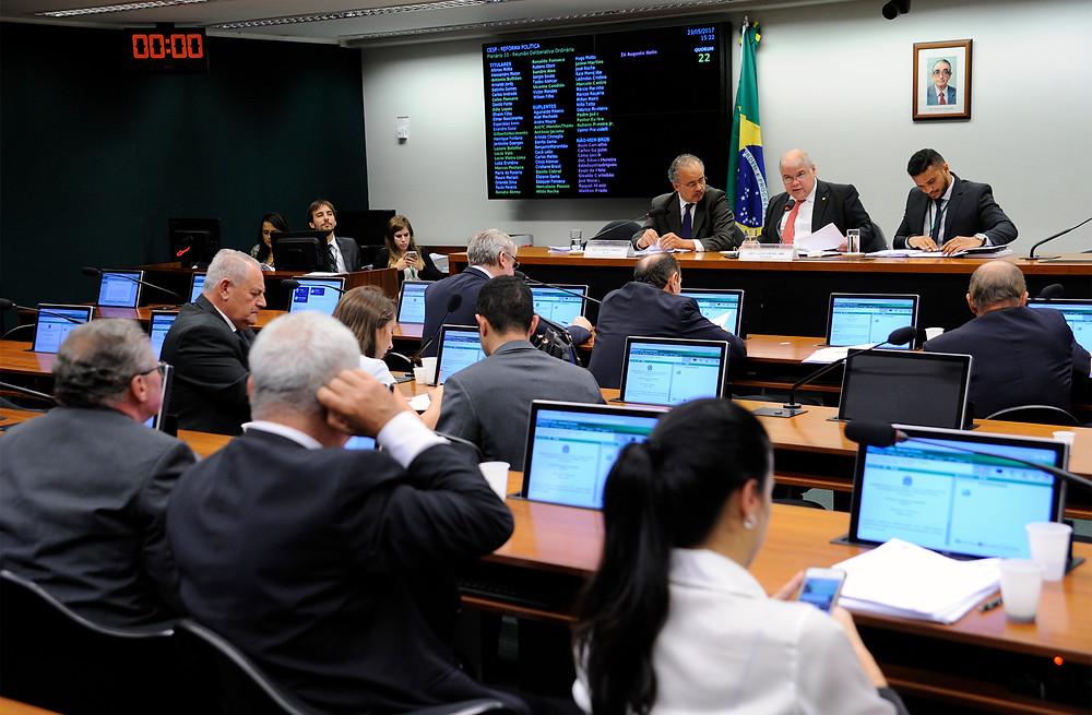 """Comissão especial aprova fundo de R$ 3,6 Bilhões para suas eleições e """"distritão"""""""