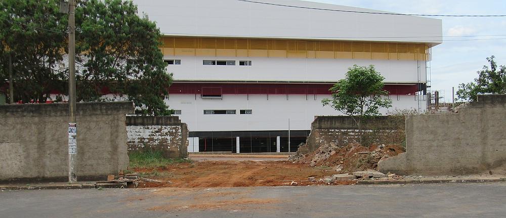 Construtora do Shopping Paraíso Mega Center derruba muros que fechavam quadras residenciais e provoca indignação nos moradores