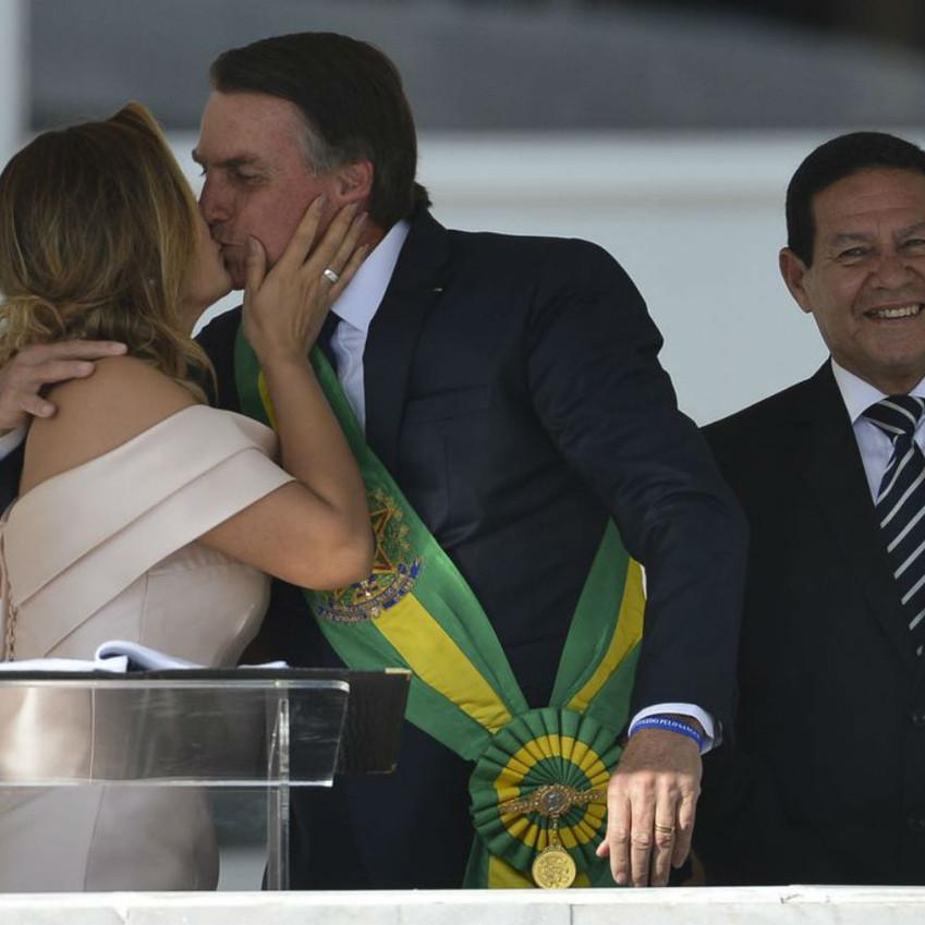 Primeira dama, Michelle Bolsonaro, e beija marido presidente