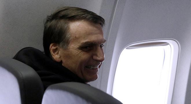 Após 18 dias de internação, Bolsonaro recebe alta e já está em Brasília