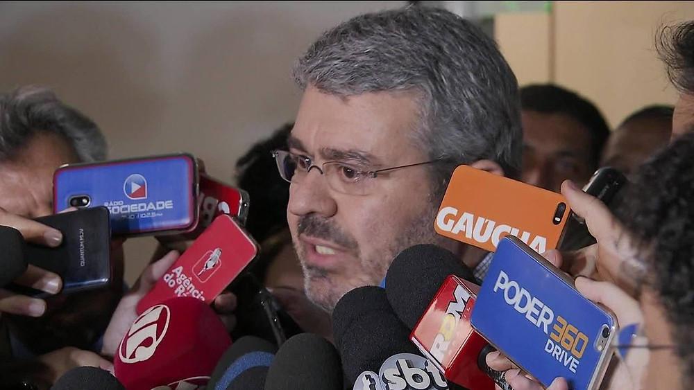 Defesa de Temer entrega defesa na CCJ e ataca ex-procurador