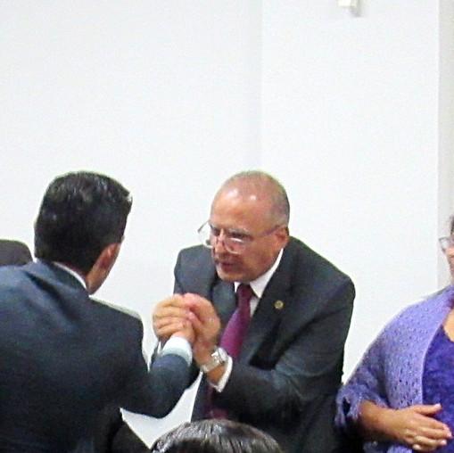 Eleitos Presidente e vice-presidente da Câmara Legislativa de Valparaíso se cumprimentam