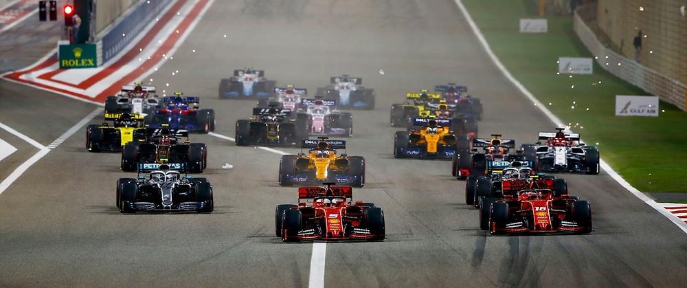 Hamilton e Bottas fazem dobradinha no GP do Bahrein em corrida que era toda do ferrarista Carles Leclerc