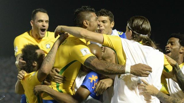 Brasil goleia Uruguai com golaço de Neymar e três de Paulinho