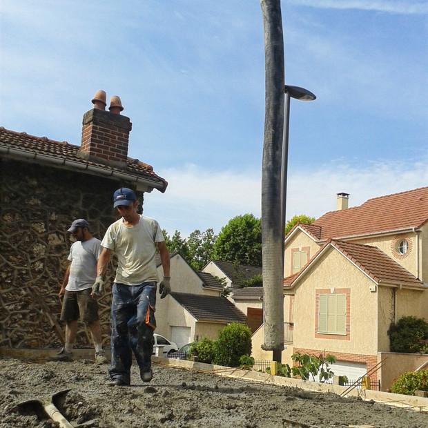 Couler le béton du plancher d'une maison en construction