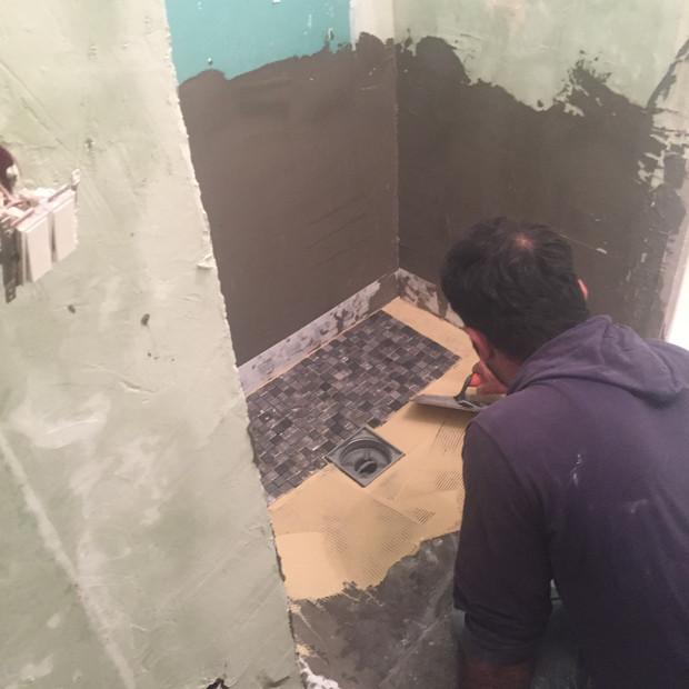 Pose de mosaïque dans une douche à l'italienne