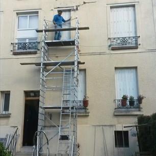 Réparations de la façade d'un petit immeuble