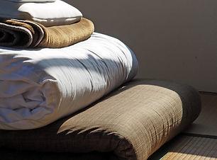 Literie pliée sur tapis tatami