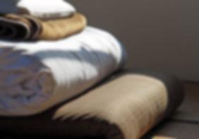 Сложенные постельные принадлежности на к
