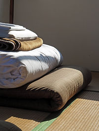 Ropa de cama plegada en tapete Tatami