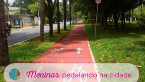 Meninas pedalando na cidade