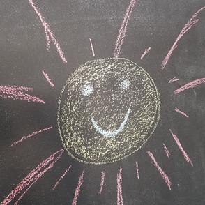 Una lavagna, tre raggi di sole