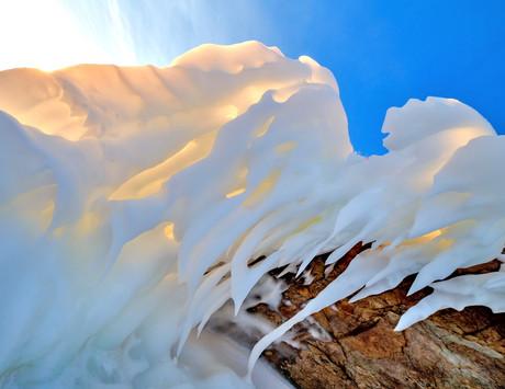Ледяные наплески на скалах Байкальского