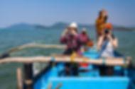 Участники фототура на водной прогулке на Гоа