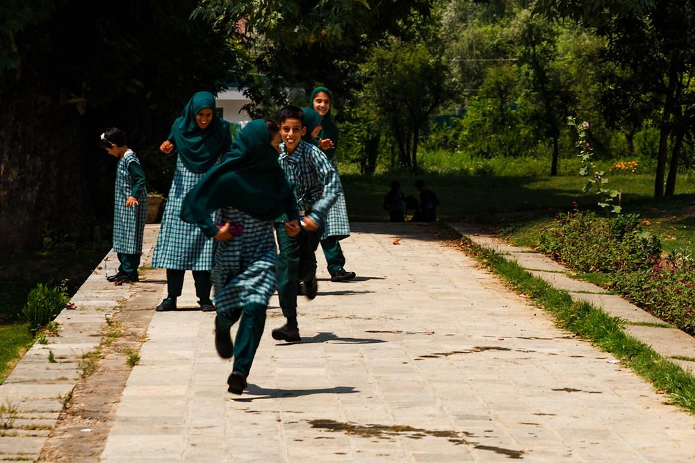 Мусульманские школьники в саду Шалимар, Шринагар, Кашмир, Индия