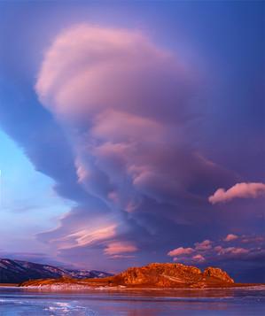 Красочное закатное облако на мысе Курма, Байкал. Панорама