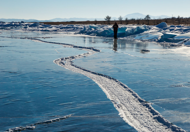 Трещина во льду Байкала, мыс Курма