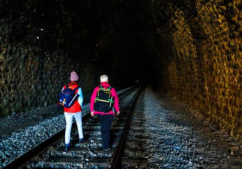 Фототуристы в старинном каменном тоннеле