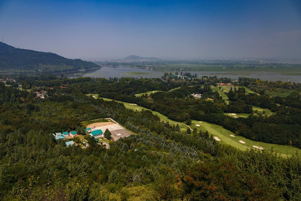 Вид на город Шринагар из сада Паримахал, Кашмир, Индия