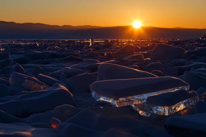 Закат в торосяном поле Байкала